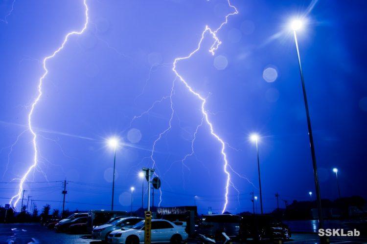 激しい雷雨。